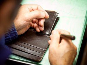 財布を手作業で縫製している様子